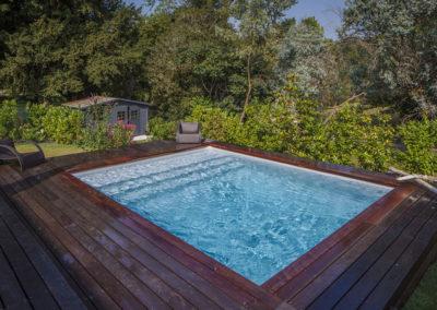 Installation piscine carrée contour bois exotique