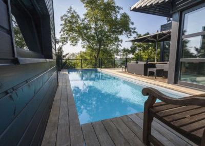 Piscine terrasse surélevée avec plage bois